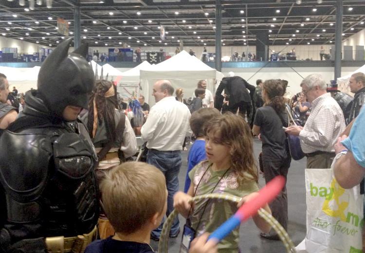 Batman mætti ásamt börnunum sínum. Var fyndið að sjá hann geyma leikföngin þeirra á meðan þau skoðuðu svæðið.